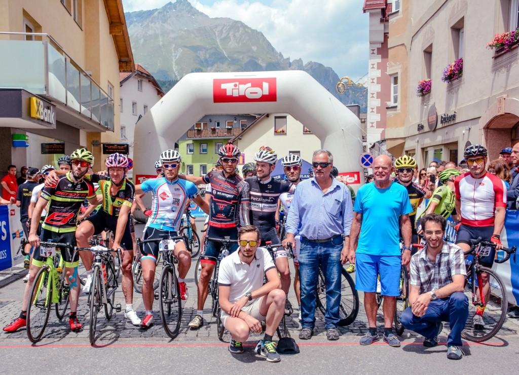 Das Organisationsteam rund um Geschäftsführer Manuel Baldauf (vorne mitte) freute sich über die erfolgreichen Radrennen. Bildnachweis: TVB Tiroler Oberland - Nauders Tourismus (Abdruck honorarfrei)