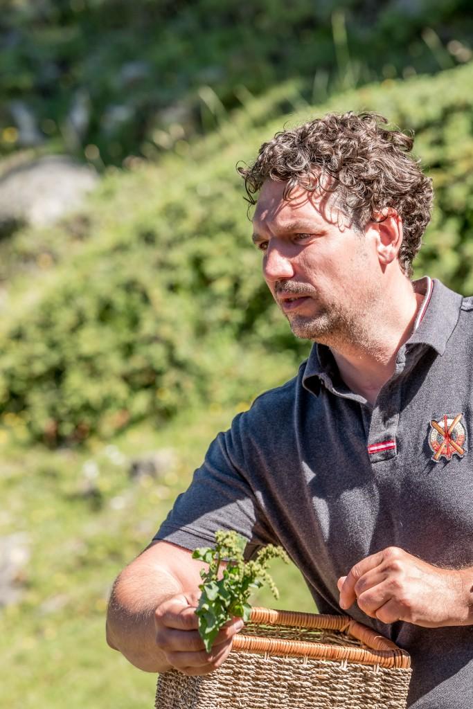Thorsten Probost (Griggeler Stuba, Lech) gab Einblick in sein enormes Wissen über alpine Kräuter.  Bildnachweis: Ötztal Tourismus / Alexander Maria Lohmann (Abdruck honorarfrei)