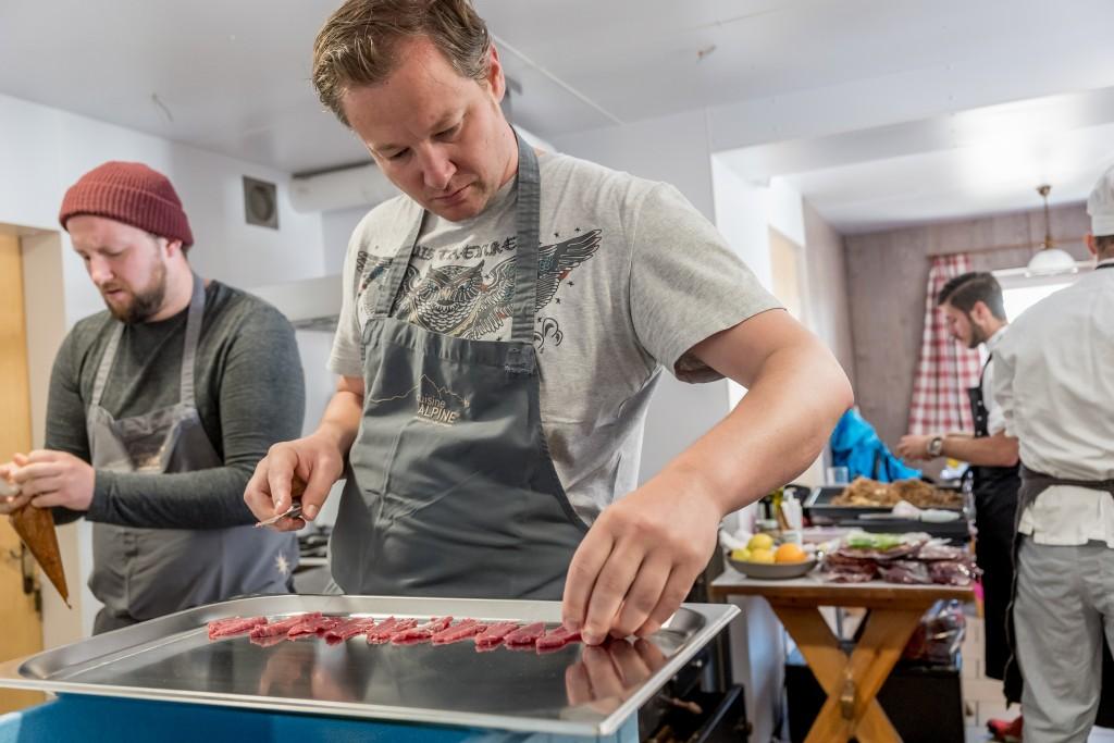 Kochen auf beengtem Raum hieß es für Andreas Döllerer und seine Kollegen.  Bildnachweis: Ötztal Tourismus / Alexander Maria Lohmann (Abdruck honorarfrei)