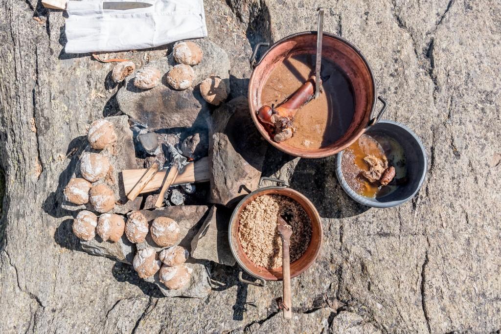 Reduziertes Kochen: Hansjörg Ladurners Utensilien für einen Eintopf vom Tuxer Rind.  Bildnachweis: Ötztal Tourismus / Alexander Maria Lohmann (Abdruck honorarfrei)