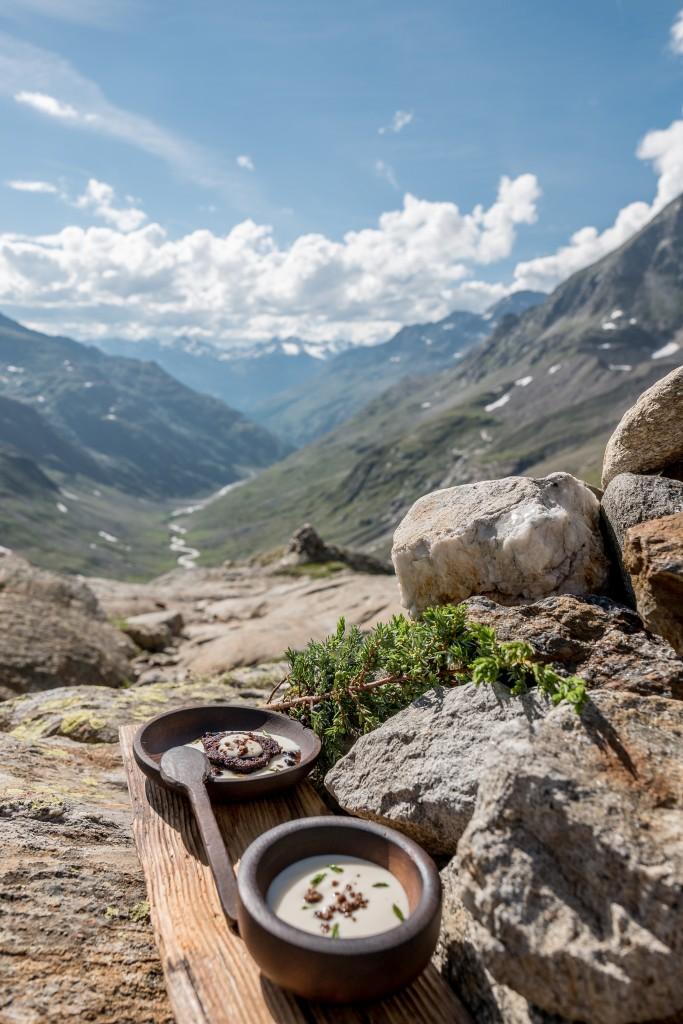 Köstliche Aussichten: Jeremias Riezlers Yak-Blutkuchen in geräuchterem Wacholder-Joghurt.   Bildnachweis: Ötztal Tourismus / Alexander Maria Lohmann (Abdruck honorarfrei)