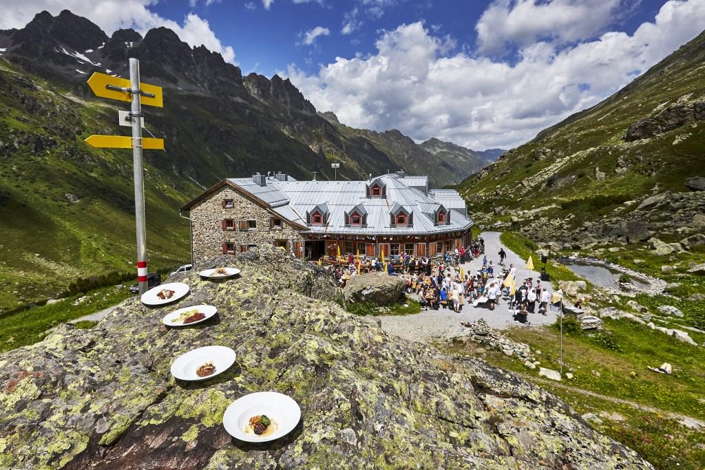 Auf den fünf Hütten sorgten internationale Sterneköche mit ihren eigens kreierten, bodenständigen Hütten-Gerichten für das Wohl der Wanderer. TVB Paznaun - Ischgl (Abdruck honorarfrei)