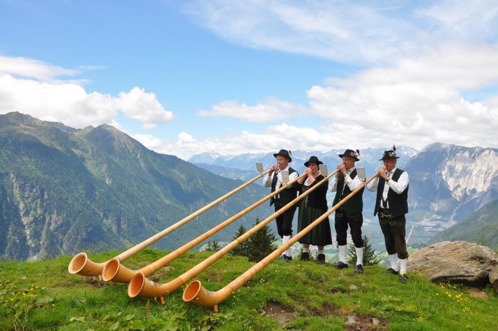 Die besten Alphornbläser musizieren am 16. Juli in Hochoetz. Bildnachweis: Bergbahnen Hochoetz (Abdruck honorarfrei)