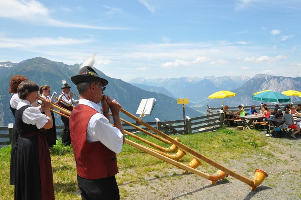 Als Höhepunkt musizieren alle Bläser gemeinsam vor dem Panoramarestaurant Hochoetz. Bildnachweis: Bergbahnen Hochoetz (Abdruck honorarfrei)