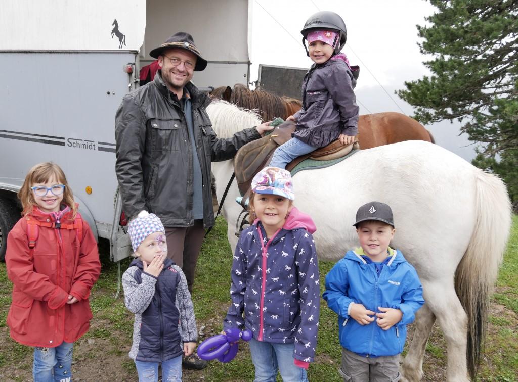 Ponyreiten war eine der vielen Attraktionen beim Familienfest. Bildnachweis: Bergbahnen Hochoetz (Abdruck honorarfrei)
