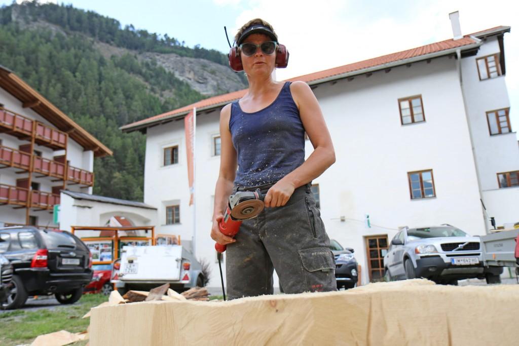 """Die Silzerin Hella Bachnetzer schuf eine Holz-Kreation mit dem Titel """"Bachlauf"""". Bildnachweis: TVB Tiroler Oberland (Abdruck honorarfrei)"""