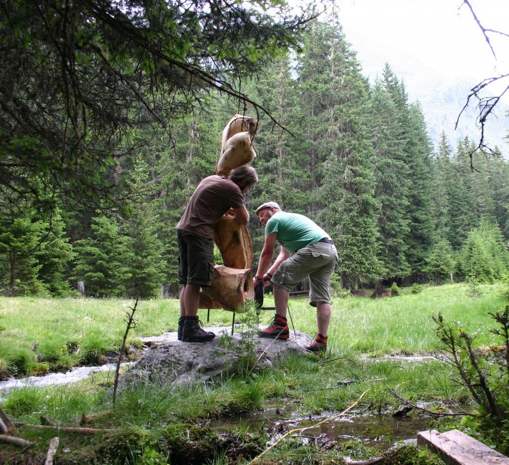 Der Skulpturenpark im Zirbenwald Radurschl wurde mit neuen Werken erweitert. Bildnachweis: TVB Tiroler Oberland  (Abdruck honorarfrei)