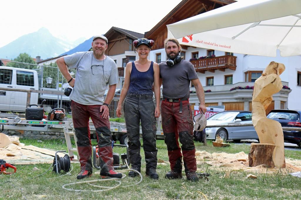 Die Künstler Helmut Tschiderer (links) sowie Hella und Michael Bachnetzer schwärmten über die besondere Arbeitsumgebung. Bildnachweis: TVB Tiroler Oberland (Abdruck honorarfrei)