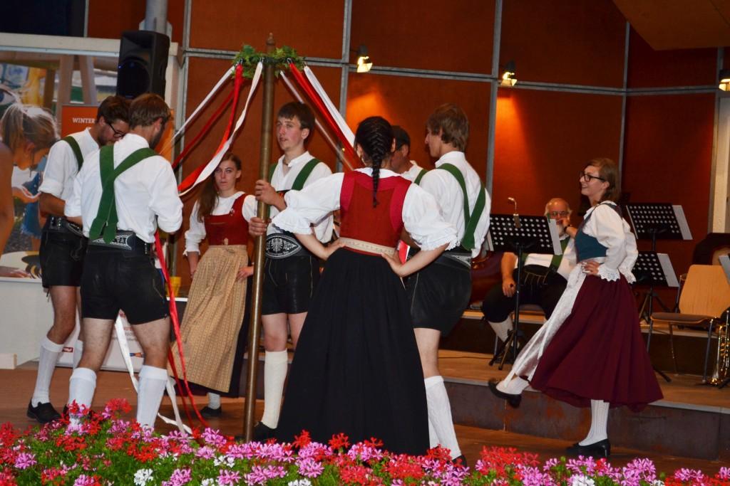 """Traditionelle Tiroler Volkstänze begeistern Gäste und Einheimische bei der Veranstaltungsreihe """"Tiroler Abend der Sinne"""". Bildnachweis: TVB Tiroler Oberland (Abdruck honorarfrei)"""