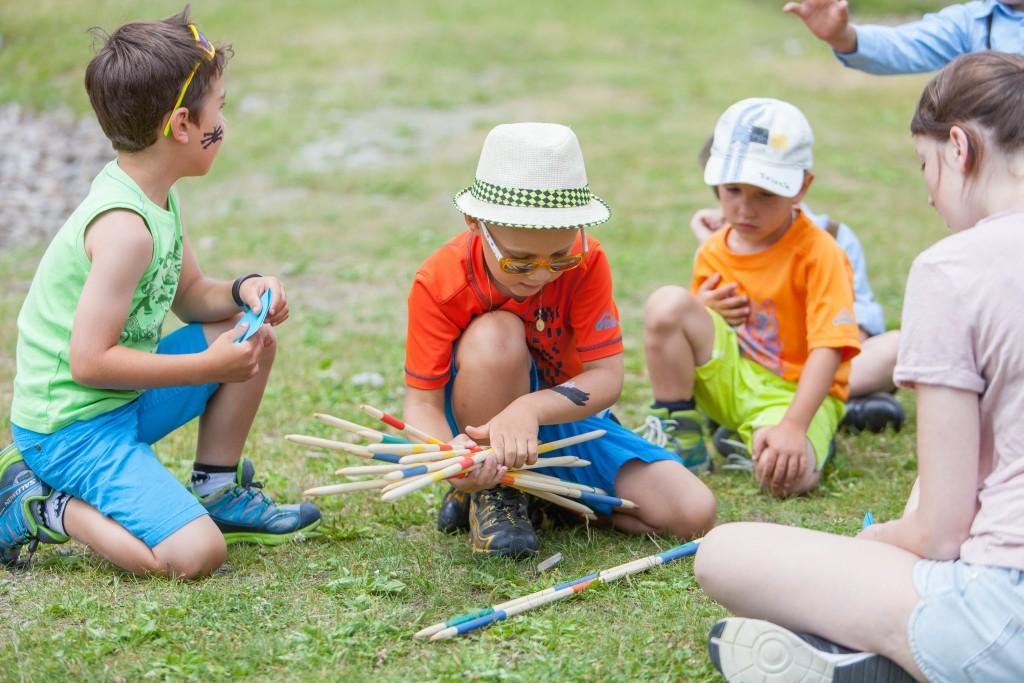 Das Infoteam unterhält die jüngsten Besucher mit spannenden Spielen und Spaß. Bildnachweis: Bergbahnen Nauders (Abdruck honorarfrei)