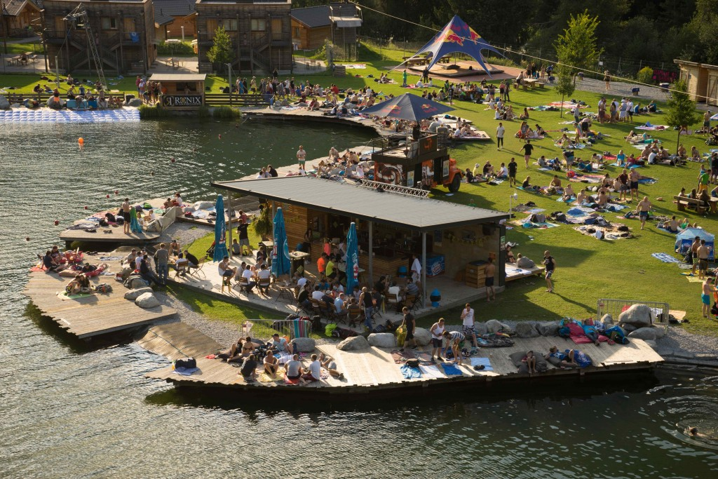 DJ-Tunes und eine chillige Atmosphäre erwartet die Besucher der Lake Party am  22. Juli. Bildnachweis: AREA 47 (Abdruck honorarfrei)