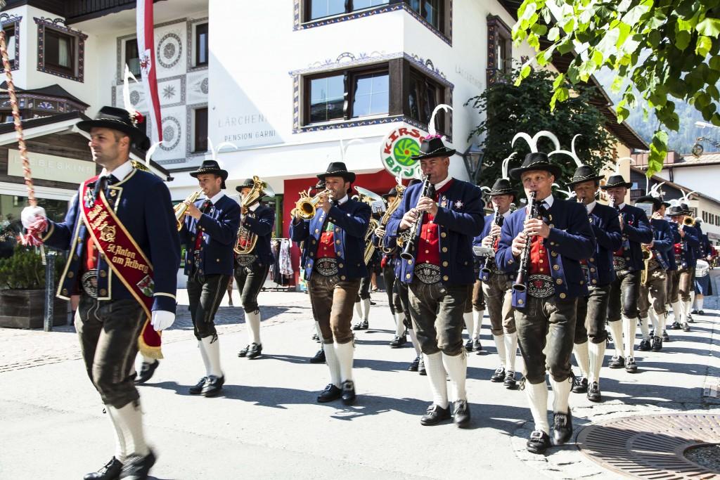 Am Sonntag ziehen die St. Antoner Vereine in beeindruckender Tiroler Tracht in die Fußgängerzone. Bildnachweis: TVB St. Anton am Arlberg / Foto Justina Wilhelm (Abdruck honorarfrei)