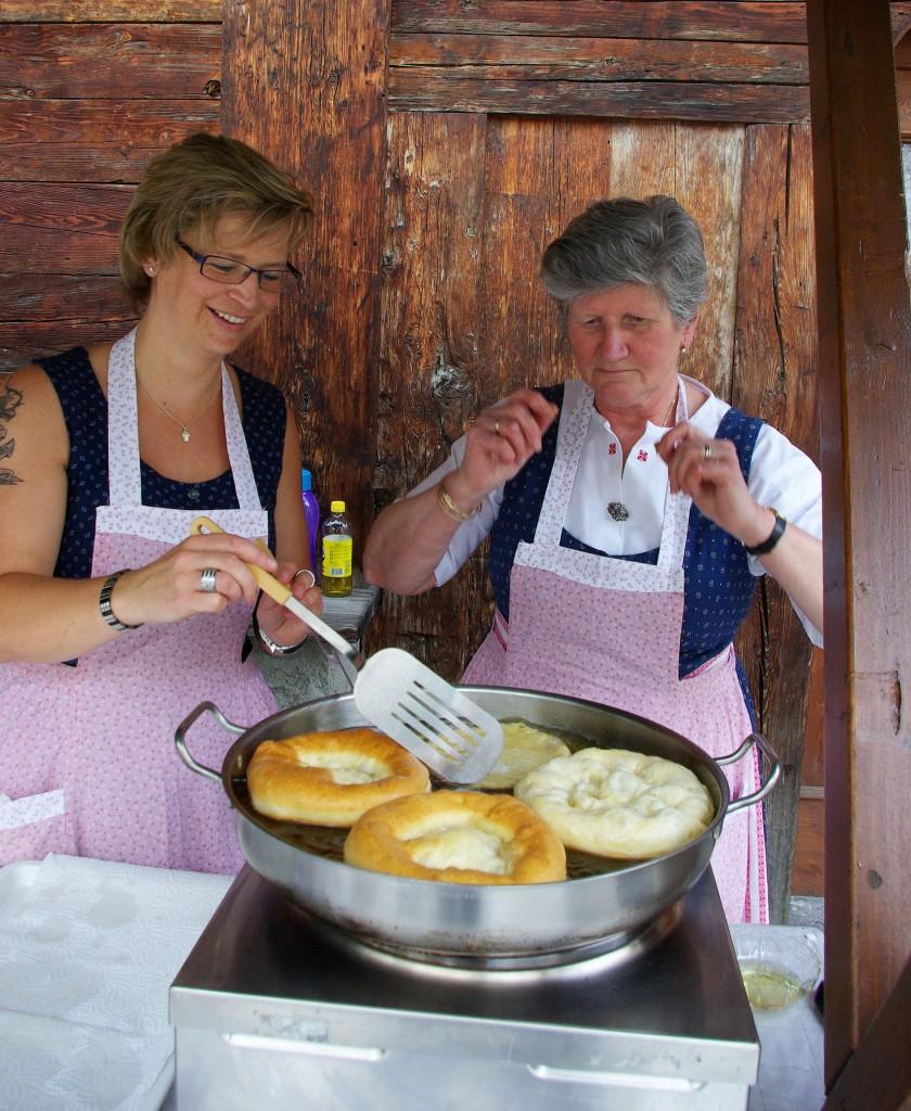 Für allerlei kulinarische Köstlichkeiten aus der Region sorgt die St. Antoner Gastronomie mit speziell zusammen gestellten Festtagsmenüs. Bildnachweis: TVB St. Anton am Arlberg / Foto Justina Wilhelm (Abdruck honorarfrei)