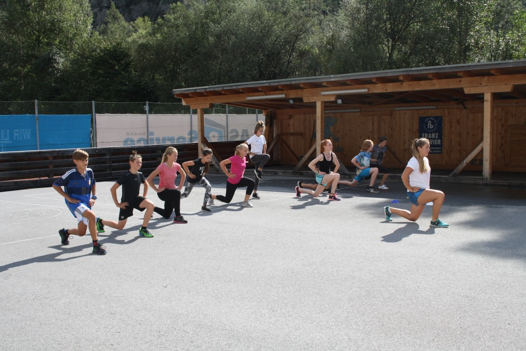 Die Trainingsgruppen werden im 2-Wochen-Rhythmus gewechselt, im Bild zu sehen: Trainerin Laura Monz mit den jüngeren Athleten.