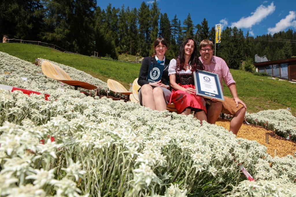Die Rekordhalter Tanja und Markus Senn erhielten von Guinness World Records ™ Jurorin Lena Kuhlmann (rechts) die offizielle Auszeichnung. Bildnachweis: Sennhütte (Abdruck honorarfrei)