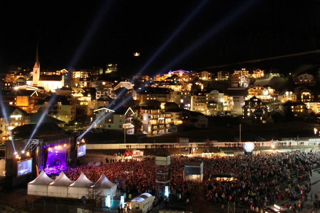 Das Live-Konzert von Andrea Berg vor der nächtlichen Bergkulisse der Silvretta startet am 25.11.17 um 18 Uhr. Bild: TVB Paznaun - Ischgl (Abdruck honorarfrei)