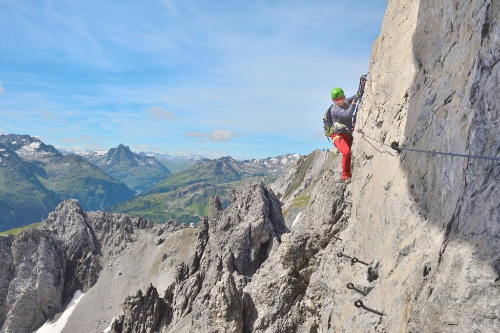Die Route des Arlberger Klettersteiges besticht vor allem durch ihr Panorama auf die umliegenden Bergspitzen bis weit in die Verwallgruppe und die Lechtaler Alpen. Bildnachweis: TVB St. Anton am Arlberg / Josef Mallaun (Abdruck honorarfrei)