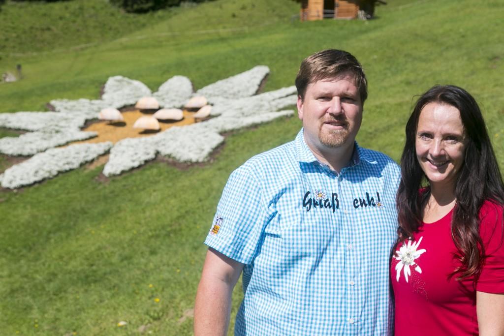 Wollen mit ihrem Edelweiß-Blütenmeer einen Guinness World Records™-Titel: Markus und Tanja Senn. Bildnachweis: Sennhütte (Abdruck honorarfrei)