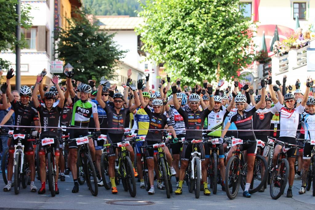 Rund 300 Teilnehmer aus dem In- und Ausland finden sich auch heuer beim Start im Dorfzentrum von St. Anton am Arlberg ein. Bildnachweis: TVB St. Anton am Arlberg (Abdruck honorarfrei)