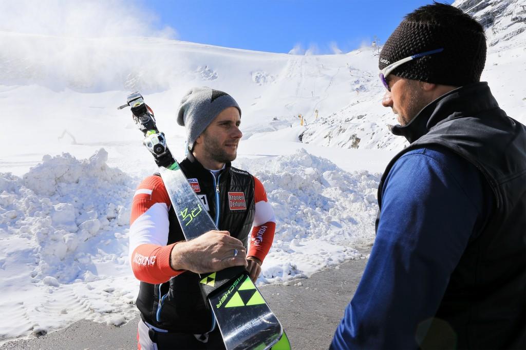 ÖSV-Skirennläufer Philipp Schörghofer (l.) im Gespräch mit Söldens Weltcup-Pistenchef Isi Grüner. Bildnachweis: Ötztal Tourismus / Ernst Lorenzi (Abdruck honorarfrei)