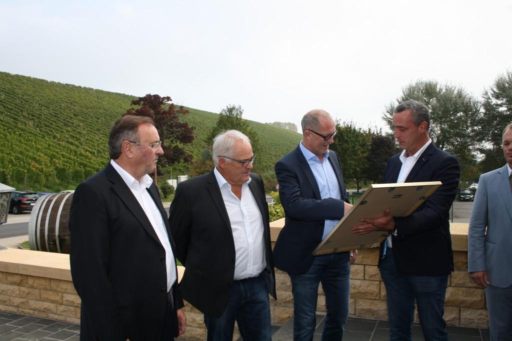 Josy Gloden (Präsident Weinkellerei Domaines Vinsmoselle) übergibt Bgm. Werner Kurz die Urkunde, mit im Bild: Vbgm. Emil Zangerl (Ischgl) und Bgm. Ben Homan (Schengen).