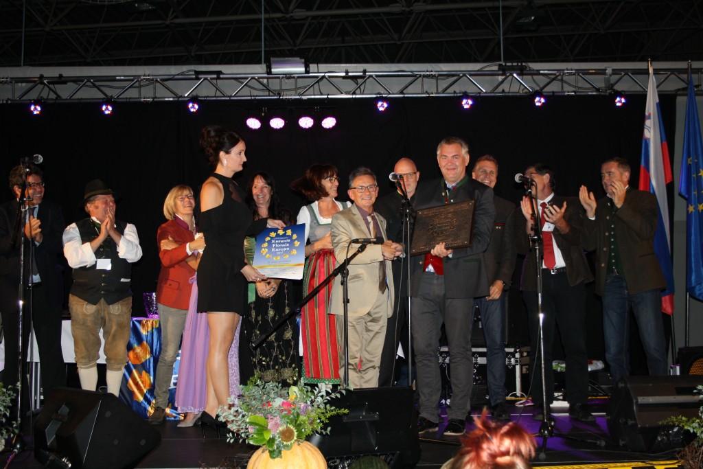 Rudi Geerardyn (Chair of the Entente-Florale-Judge) übergibt St. Antons Bürgermeister Helmut Mall die Auszeichnung in Gold.  Foto: Elisabeth Zangerl (Abdruck honorarfrei)