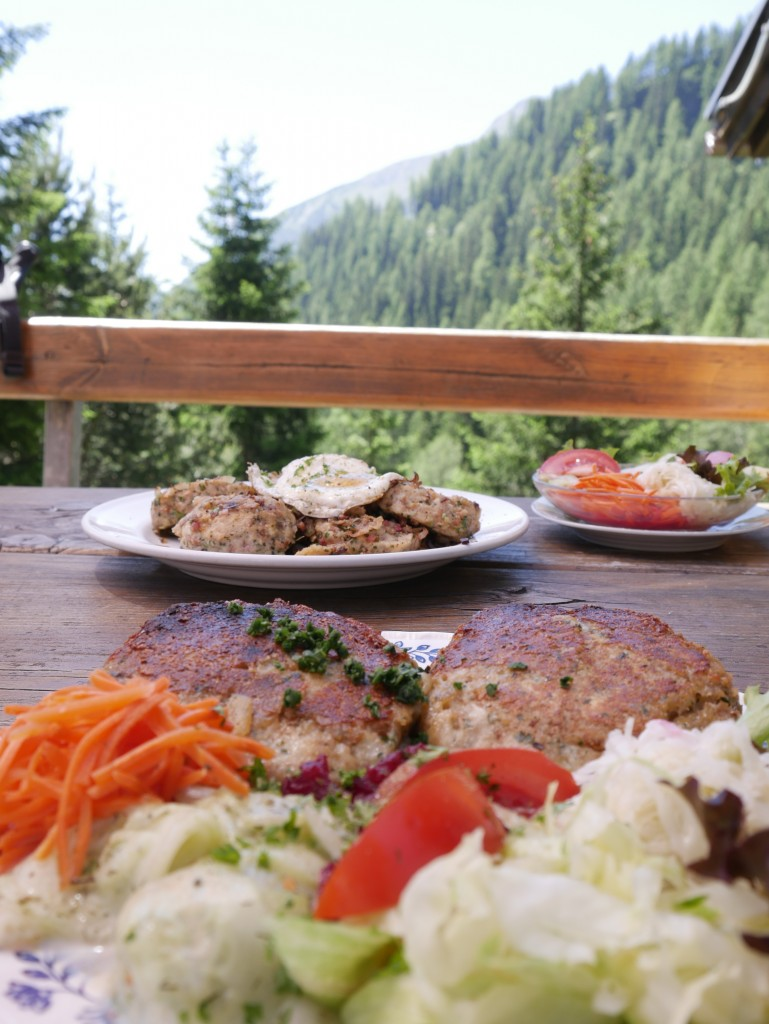 Die umliegenden Hütten laden zu kulinarischen Schmankerln ein. Bildnachweis: Imster Bergbahnen (Abdruck honorarfrei)