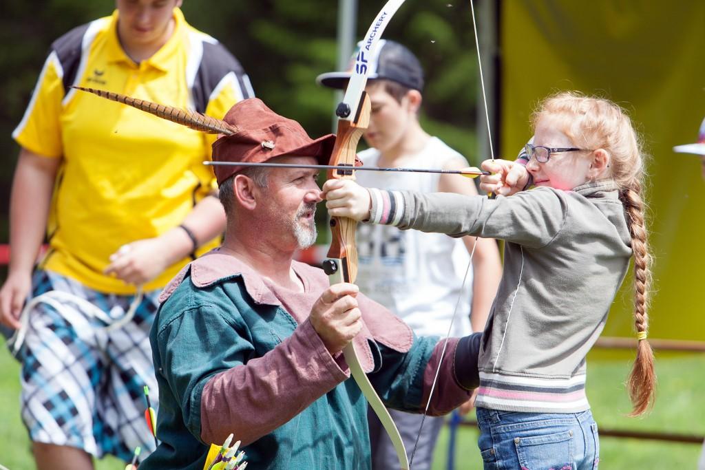 Einer der zahlreichen Programmpunkte ist  das Bogenschießen - Robin Hood zeigt beim Adlerfest wie es geht. Bildnachweis: Imster Bergbahnen (Abdruck honorarfrei)