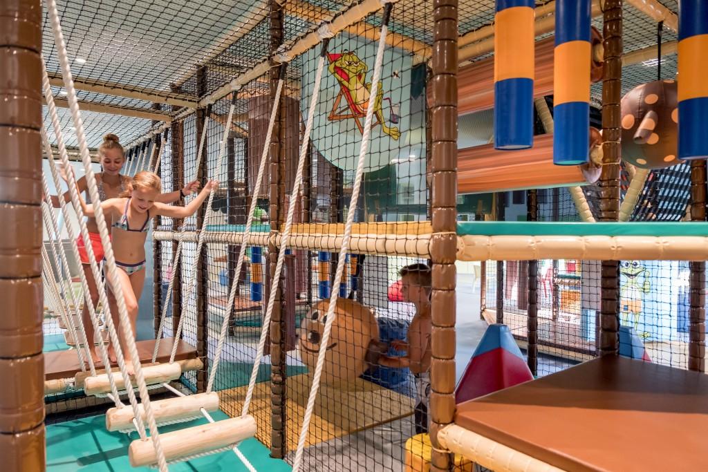 Ein Kletter- und Geschicklichkeitsparcours fördert spielerisch die motorischen Fähigkeiten.  Bildnachweis: AQUA DOME / Lohmann (Abdruck honorarfrei)