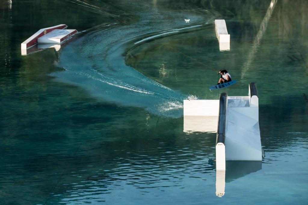 Auf dem 20.000 m² großen See zeigen die Teilnehmer ihre besten Tricks. Bildnachweis: AREA 47 / Sam Strauss (Abdruck honorarfrei)