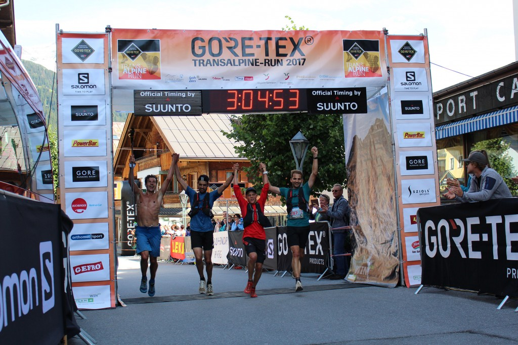 Hand in Hand durchs Ziel in St. Anton am Arlberg – die beiden schnellsten Teams der 2. Etappe liefen gemeinsam über die Ziellinie. Bildnachweis: Tourismusverband St. Anton am Arlberg. (Abdruck honorarfrei)