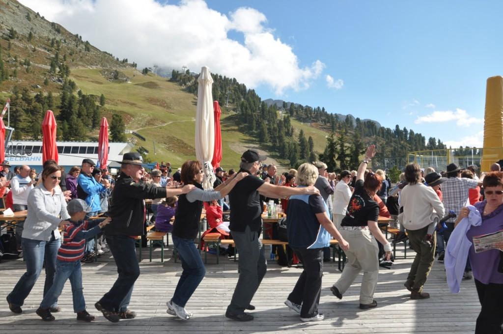 Ausgelassene Stimmung herrscht beim Oktoberfest in Hochoetz. Bildnachweis: Bergbahnen Hochoetz (Abdruck honorarfrei)