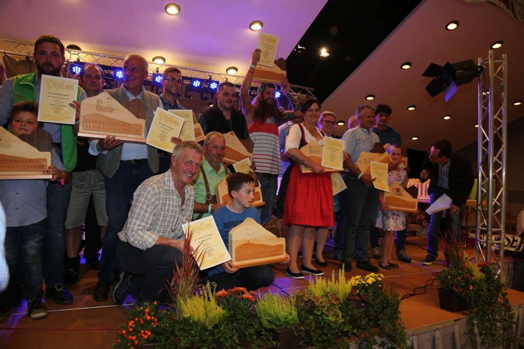 Die Gewinner durften sich über die begehrten Galtürer Sennerharfen in Gold, Silber und Bronze freuen. Foto: TVB Paznaun - Ischgl (Abdruck honorarfrei)