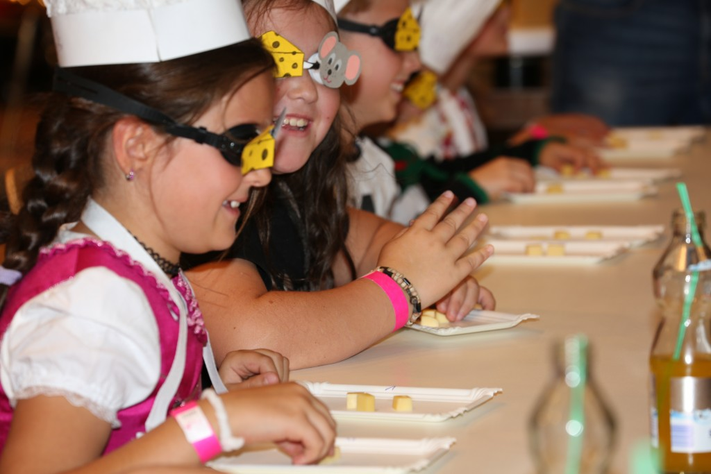 Wer mit seinem Käse den begehrten Dreikäsehoch-Preis wollte, musste die strenge Kinder-Jury bei einer Blindverkostung überzeugen. Foto: TVB Paznaun - Ischgl (Abdruck honorarfrei)