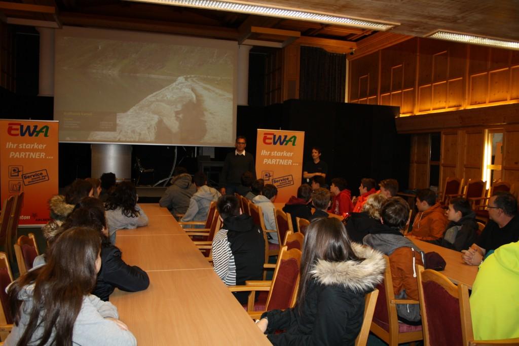 EWA-Bereichsleiter Andreas Birkl und EWA-Mitarbeiter Raphael Spiss begrüßten 30 SchülerInnen der Polytechnischen Schule Landeck in St. Anton am Arlberg.