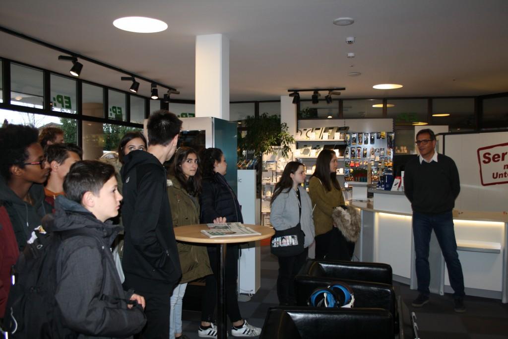EWA-Bereichsleiter Andreas Birkl führte die Jugendlichen in das Verkaufsgeschäft der EWA.