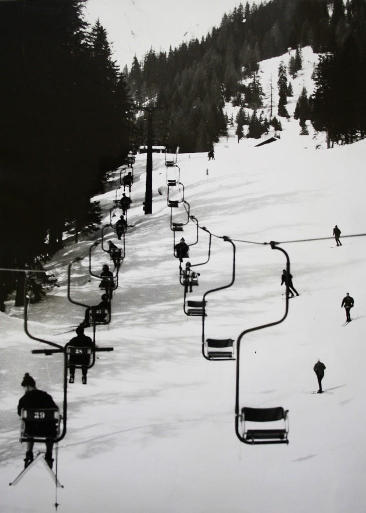 Bild aus vergangenen Tagen: Mit einem Einersessellift ging es hinauf zum Skivergnügen. Viele weitere historische Aufnahmen zeigt die Foto-Ausstellung in der Untermarkter Alm. FOTO: Stadtchronik Imst (Abdruck honorarfrei)