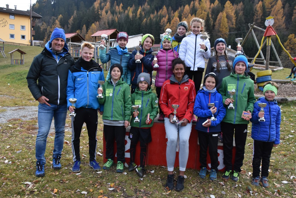 Die jeweiligen Gruppensieger der Kinder- und Schülerklassen mit TSV-Bezirksreferent und Chefkampfrichter Christoph Patigler.  Foto: Karoline Slamanig-Ög