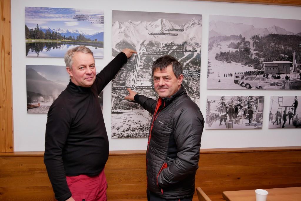 Die beiden belgischen Gäste Ronny Boonen (r.) mit seinem Freund Guxy bestaunen die historischen Fotos in der UAlm. Ronny kommt seit seinem elften Lebensjahr regelmäßig nach Hoch-Imst auf Urlaub und sieht die Abfahrt vom Imster Alpjoch als seine Hausstrecke. Bildnachweis: Imster Bergbahnen (Abdruck honorarfrei)