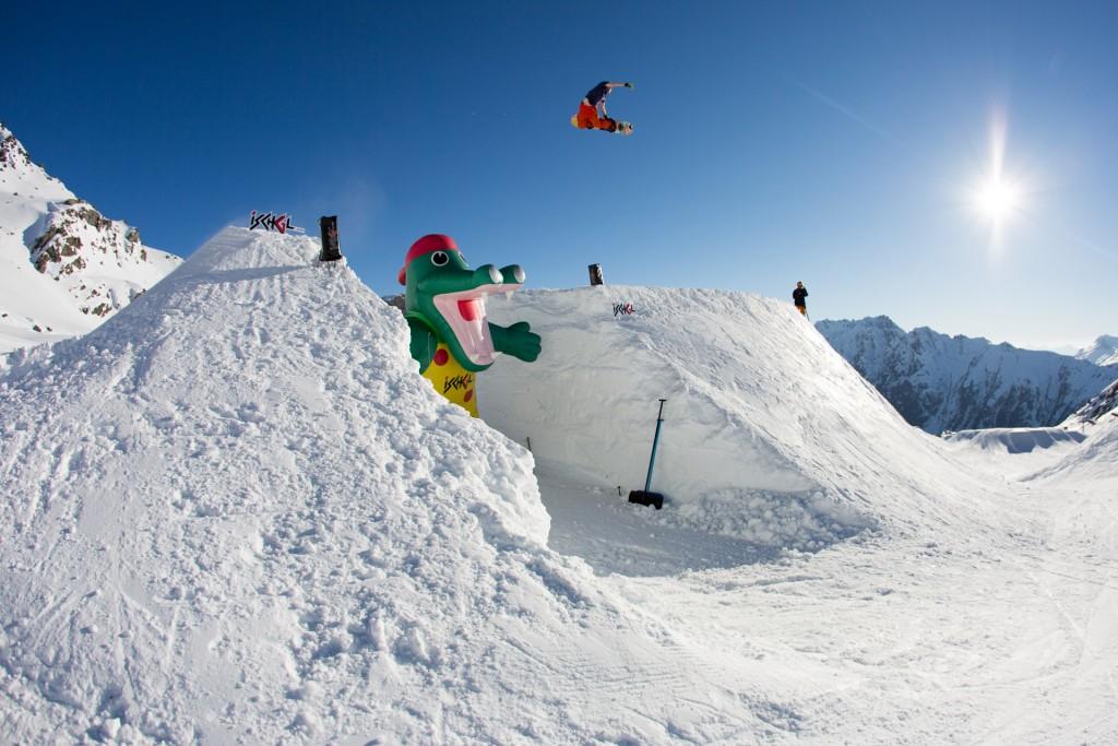 Von 3. bis 8. April 2018 läutet Ischgl die Retro-Ära ein und lässt beim BANKED AIR die Snowboard-Szene der 90er Jahre aufleben. Copyright: Matt Mchattie