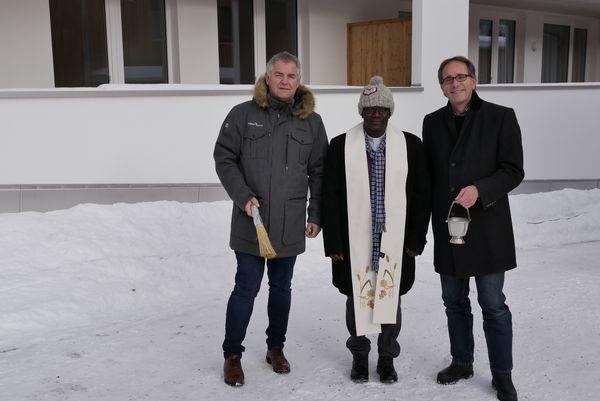 Pfarrer Dr. Augustin Kouanvih segnete die beiden Gebäude für die Bewohner. Bürgermeister Helmut Mall und Alpenländische-Geschäftsführer Markus Lechleitner assistierten. Bildnachweis: Alpenländische (Abdruck honorarfrei)