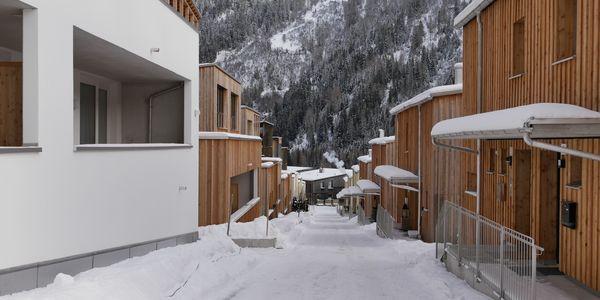 Die gemeinnützige Alpenländische hat am vergangenen Freitag in St. Anton am Arlberg zwei Häuser in Passivhausqualität feierlich an die zukünftigen Bewohnerinnen und Bewohner übergeben. Bildnachweis: Alpenländische (Abdruck honorarfrei)