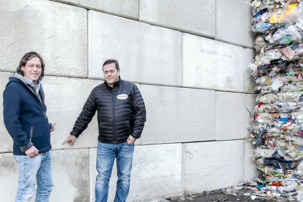 Baumeister Thomas Thurner (links) und Recycler Harald Höpperger planten gemeinsam die Sicherheitsvorkehrungen. Bildnachweis: Höpperger Umweltschutz (Abdruck honorarfrei)