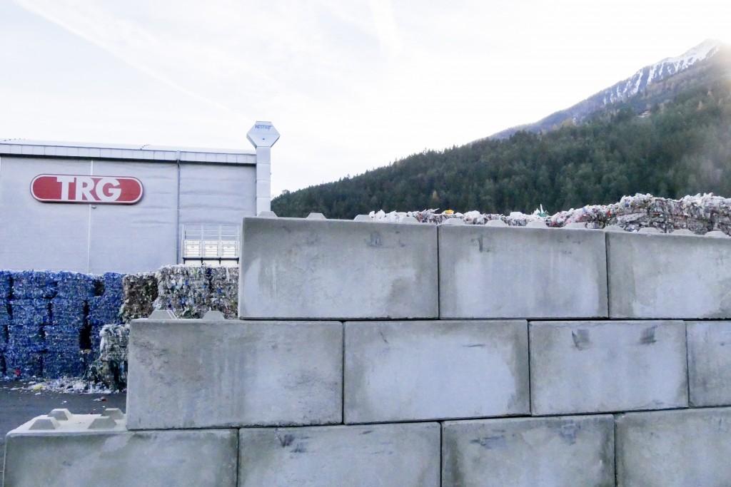 Eine Schutzmauer sorgt ab sofort für mehr Sicherheit bei der Firma TRG in Pfaffenhofen. Bildnachweis: Höpperger Umweltschutz (Abdruck honorarfrei)