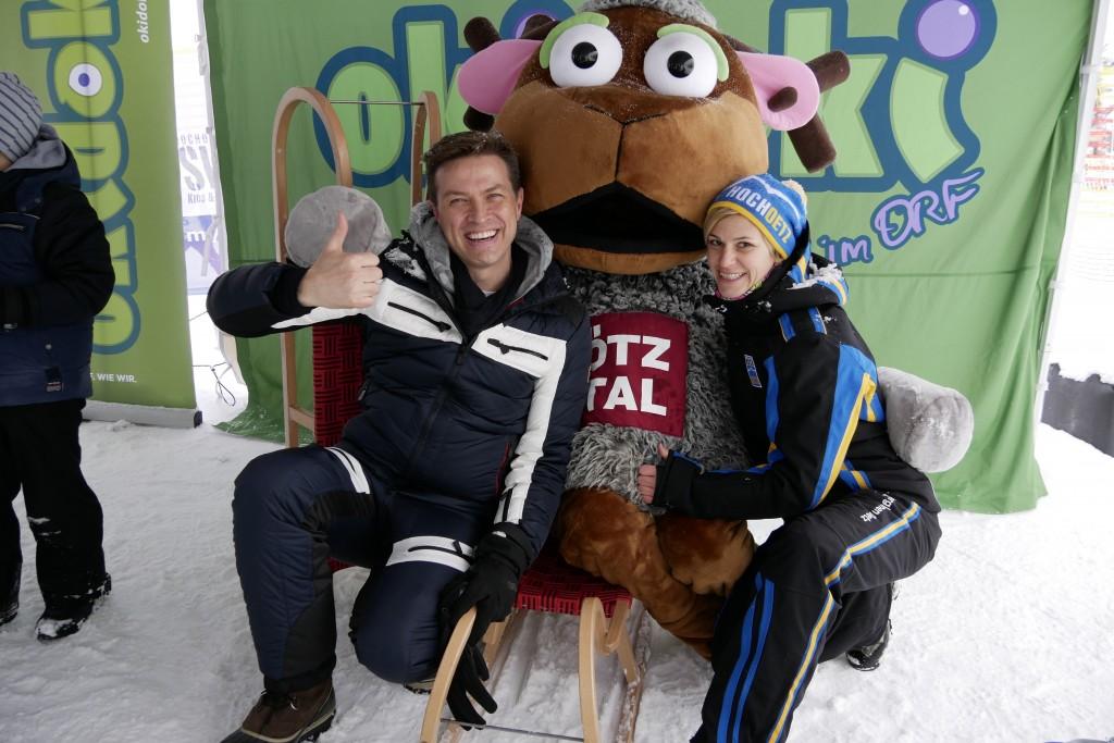 Okidoki-Moderator Robert Steiner (ORF) und Nadja Frischmann (Marketing Skiregion Hochoetz) und haben wieder ein lustiges Partyprogramm für das Kinderschneefest am 9. Februar vorbereitet.  Bildnachweis: Skiregion Hochoetz  (Abdruck honorarfrei)