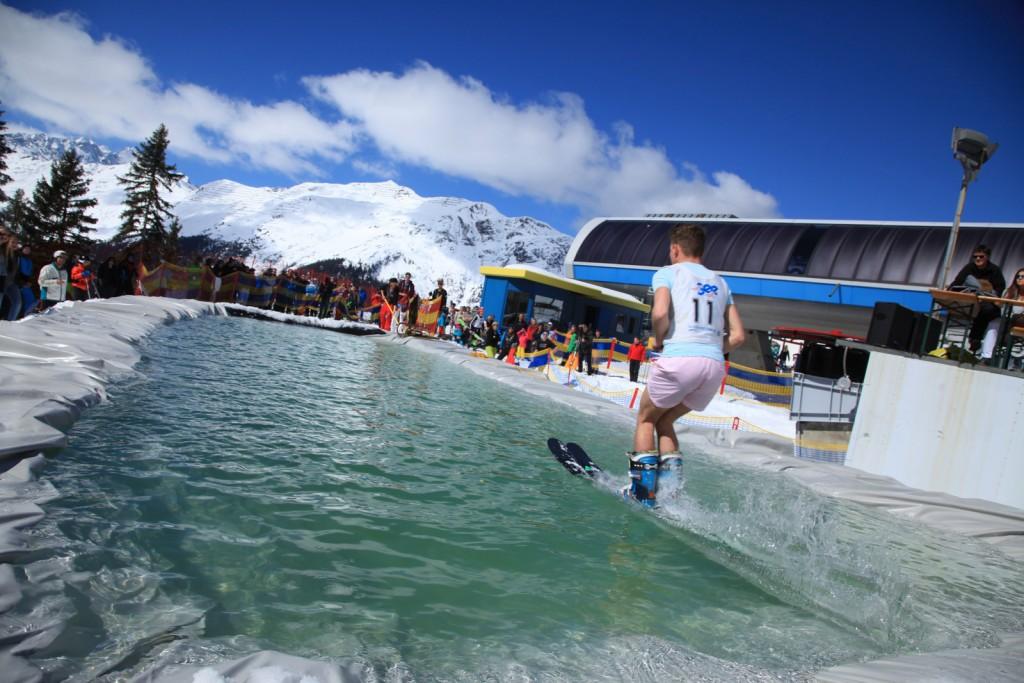 Im Skigebiet See überqueren Wintersportler beim Watersurf Contest am 31. März 2018 ein Eiswasserbecken. Copyright: TVB Paznaun - Ischgl