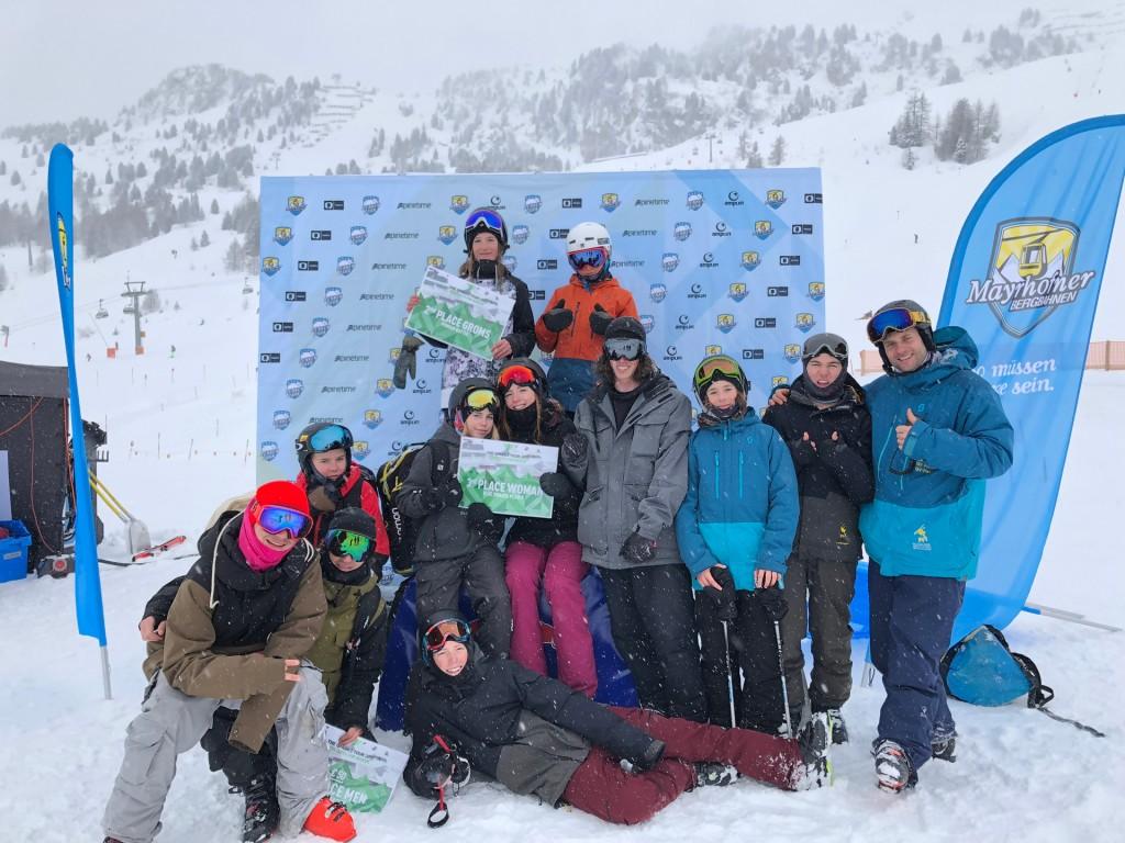 Die erfolgreichen Bezirks-Freestyler beim QPark-Stopp in Mayrhofen mit Trainer Christoph Giggo Wolf (rechts).  Fotonachweis: Tiroler Skiverband
