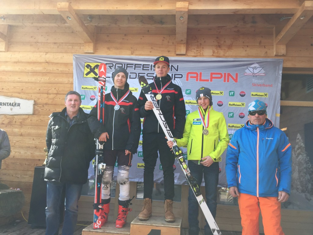 Bei den Tiroler Meisterschaften im Super G schaffte Adrian Klotz (SC Pfunds) den hervorragenden zweiten Platz (2.v.l.). Fotonachweis: Thomas Krautschneider