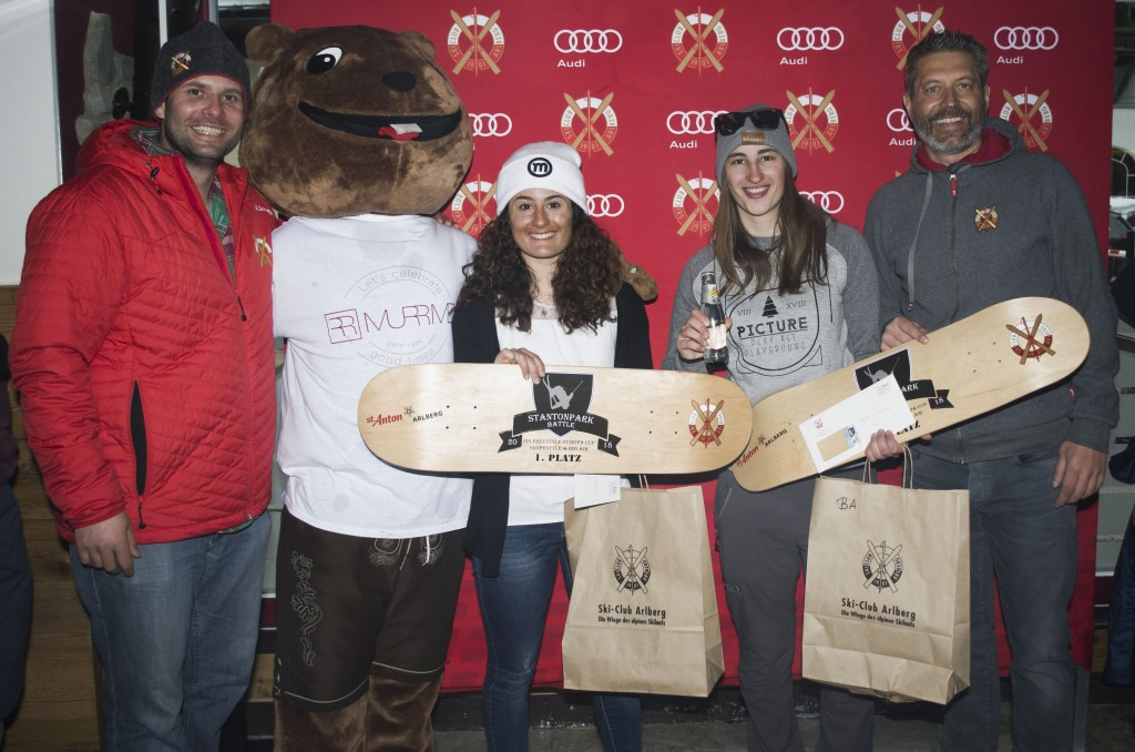Christoph Giggo Wolf (Rennleiter) mit den Damen Gewinnerinnen  Nakab Elisa Maria (ITA) vor Insam Sophia (ITA) und Peter Mall. Foto: Ski-Club Arlberg