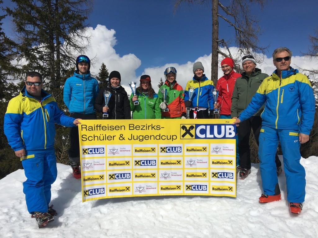 Die Klassensieger des Raiffeisen Schüler- und Jugendcups mit Peter Hauser (Obmann SV Zams/Winter) und Bgm. Mag. Siegmund Geiger (beide rechts außen).  Fotonachweis: Edith Deutschmann